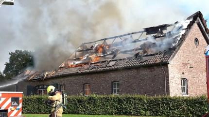 Blikseminslag zet rieten dak boerderij in vuur en vlam