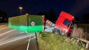 Vrachtwagen belandt gekanteld in de berm op A2 bij Echt