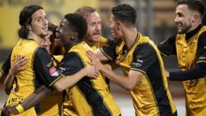 Sterkhouders Bouchouari en Pflücke helpen Roda langs Eindhoven