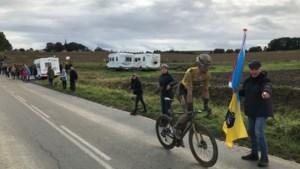 Ouders Mike Teunissen langs parcours bij heroïsche Parijs-Roubaix: 'Als hij maar heelhuids finisht'