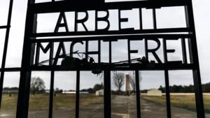Barakken nazikamp Auschwitz beklad met anti-Joodse leuzen