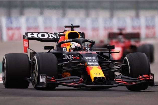 Max Verstappen in spektakelstuk uit kansloze positie alsnog naar het podium, Hamilton zegeviert in Sotsji