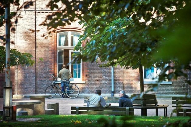 Commentaar: Bij elke nieuwe vluchtelingenstroom slaat in Nederland de paniek toe en puilen de azc's uit