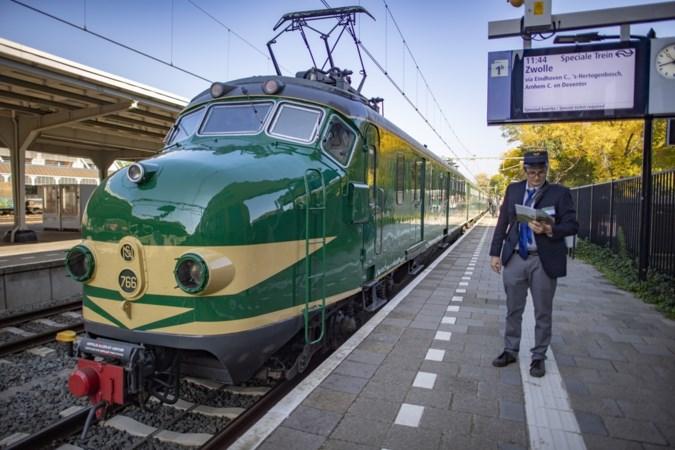 Glimmende ogen bij treinliefhebbers: gerestaureerde 'hondekop' uit 1954 doet station Sittard aan
