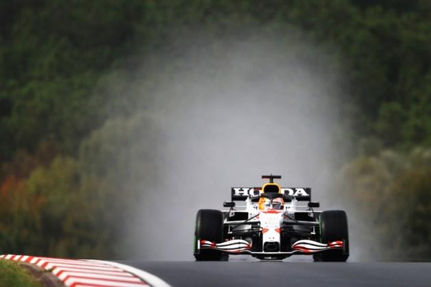 Verstappen op nat Istanbul Park ondanks spin naar tweede plaats, Hamilton achttiende