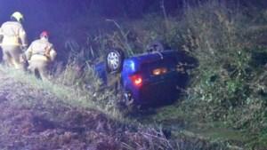 Auto belandt op kop in greppel in Merselo, bestuurder naar ziekenhuis