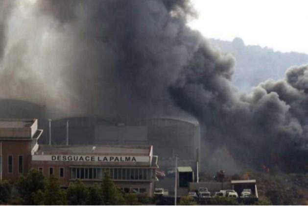 Lockdown voor 3.000 mensen op La Palma nadat lava cementfabriek in de as legt