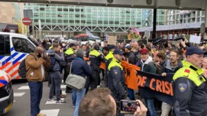 Honderden klimaatactivisten blokkeren kruisingen bij Tweede Kamer