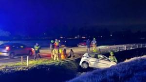 Drie auto's botsen op A73 bij Maasbracht: twee gewonden, snelweg dicht