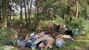Grote hoeveelheid afval gedumpt in bos Koningslust
