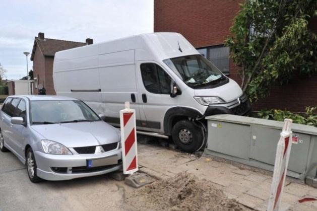 Meerdere huishoudens in Ospel zonder stroom na botsing bus tegen elektriciteitskast