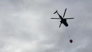 Grootschalige brandoefening: Chinook en Cougar droppen duizenden liters water boven Brunssummerheide