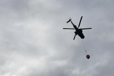 Grote brandoefening: Chinook en Cougar droppen duizenden liters water boven Brunssummerheide