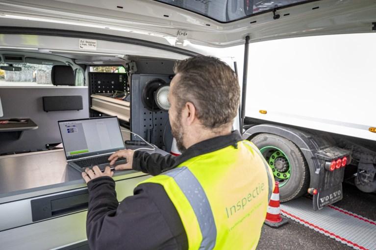 Inspectie controleert in Limburg op te zware vrachtwagens: 'Er had nog wel een boomstammetje bij gekund'