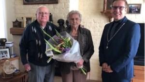 Bob Vostermans feliciteert echtpaar met 65-jarig huwelijk