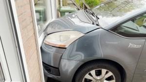 Video: Voertuig botst tegen geparkeerde auto op oprit in Maastricht: woning beschadigd