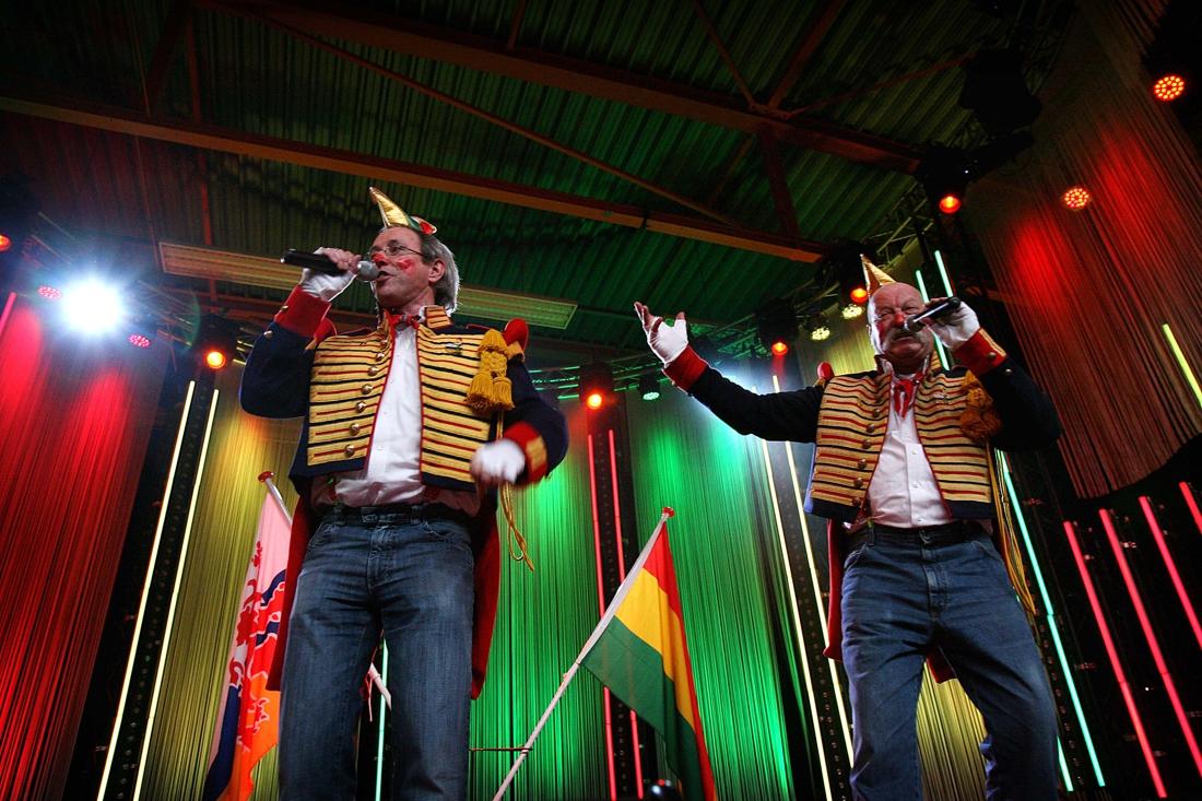Paul & Leo zingen Heerlens volkslied tijdens opening publiekshal stadskantoor - De Limburger