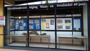 Heemkundevereniging Maas- en Swalmdal neemt nieuwe etalage voor raamexposities in gebruik