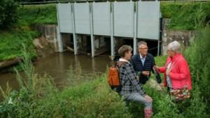 Bij watersnood deels verstopte duiker onder Julianakanaal bij Bunde wordt aangepakt