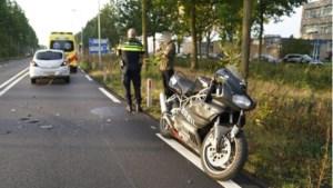 Motorrijder knalt achterop auto in Weert en raakt gewond