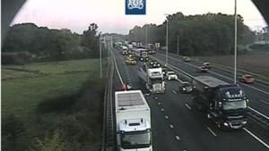 Grote verkeershinder in ochtendspits na ongeluk tussen twee vrachtwagens op A2 bij Born