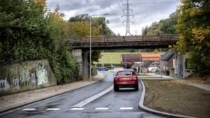 Gevaar voor fietsers en vrachtwagens rijden hem kapot: betonnen strook op weg Schaesberg blijkt geen succes