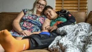 Wat veroorzaakte de gruwelijke wond die Malik (8) opliep bij een val in het bos? 'Ik kon het bot zien'