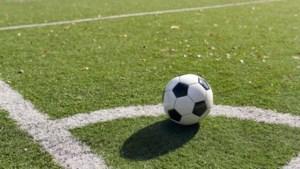 Win gesigneerde bal van Roda JC met penaltyschieten op mini-goal in rust van duel tegen Emmen