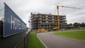 Nobishotel van Nederweert torent langzaam boven de A2 uit