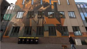 Kunst siert betonnen achterkant theater De Maaspoort in Venlo