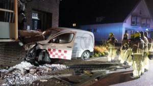 Auto botst met harde klap tegen woning: veel schade in Meerlo