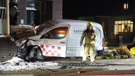 In deze bocht kregen al drie huizen een auto tegen de gevel aan: 'Ze hadden deze weg allang moeten aanpassen'