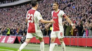 Koploper Ajax deelt PSV flinke dreun uit in topper