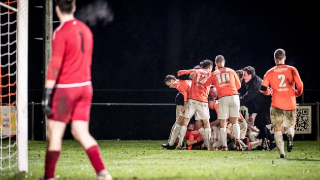 Amateurvoetbal Westelijke Mijnstreek: Sportclub Susteren in blessuretijd onderuit, ernstige beenblessure overschaduwt topper Oranje Blauw'15-De Leeuw
