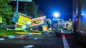 Video: Twee gewonden en enorme ravage na ongeluk met meerdere voertuigen op A67 bij Venlo