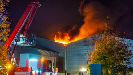 Grote uitslaande brand bij metaalbewerkingsbedrijf in Reuver