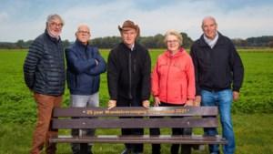 Jubilerende Wandelvereniging Voerendaal plaatst zitbank in  Cortenbacher Veld